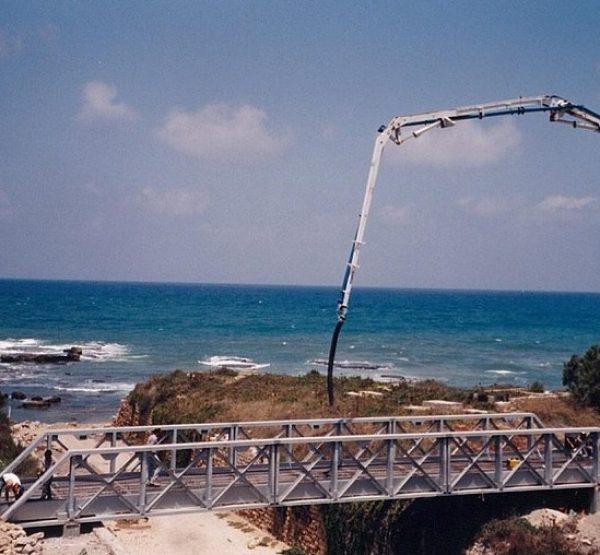 גשר קיסריה העתיקה מעל החפיר